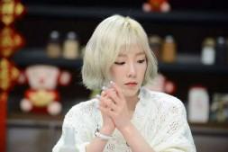泰妍新剪黑色短发直播,心情低落称:像失去了工作一样,快要哭了