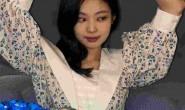 Jennie演唱会舞步落拍引争议,D社爆料:前晚在GD家